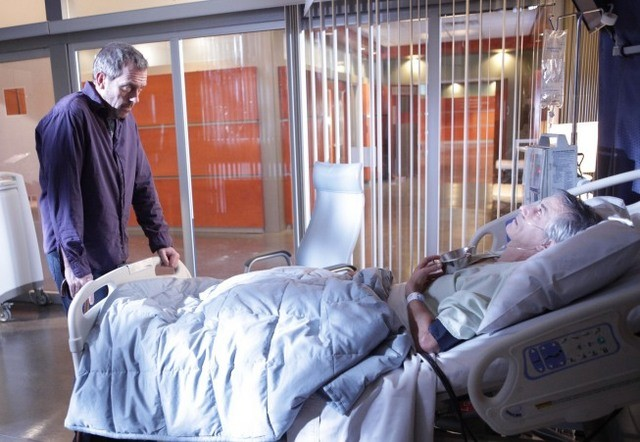 Hugh Laurie in una scena di Lockdown tratta dalla sesta stagione di Dr. House: Medical Division