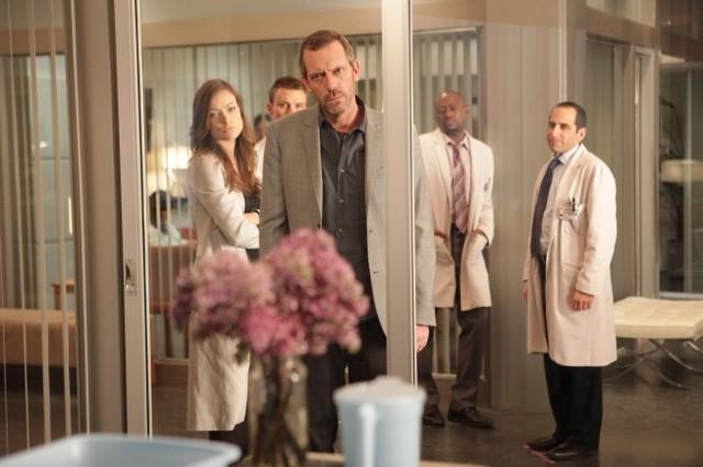 Hugh Laurie, Olivia Wilde, Jesse Spencer, Omar Epps e Peter Jacobson in una scena di Open and Shut dalla sesta stagione di Dr. House: Medical Division