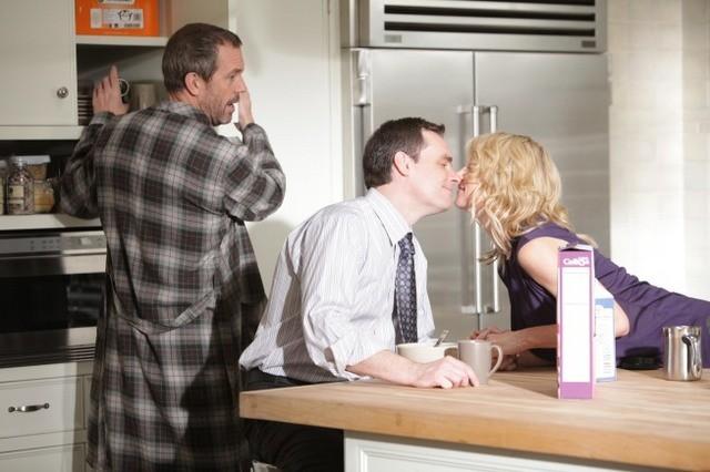 Hugh Laurie, Robert Sean Leonard e Cynthia Watros in una scena di Open and Shut dalla sesta stagione di Dr. House: Medical Division
