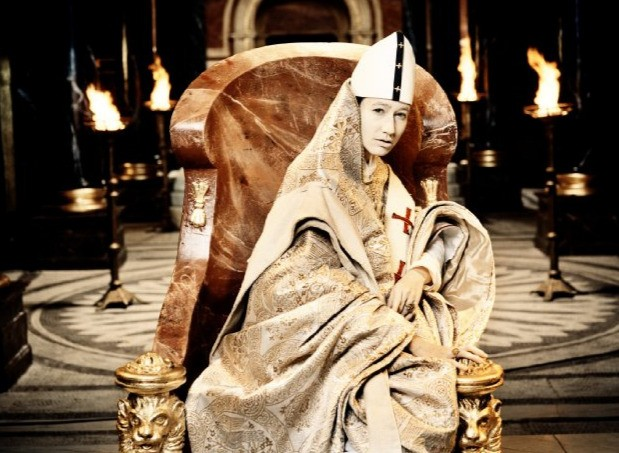 Johanna Wokalek in un'immagine suggestiva del film La Papessa