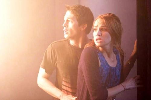 Nick (Bobby Campo)e Lori (Shantel Vansanten) scappano dalla morte nell'horror The Final Destination 3D