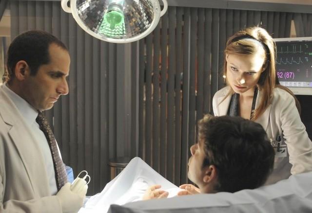 Peter Jacobson e Olivia Wilde in una scena di The Choice dalla sesta stagione di Dr. House: Medical Division