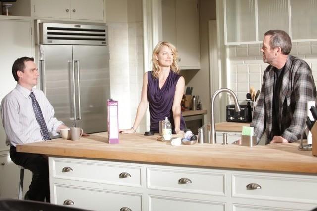 Robert Sean Leonard, Cynthia Watros e Hugh Laurie in una scena di Open and Shut dalla sesta stagione di Dr. House: Medical Division
