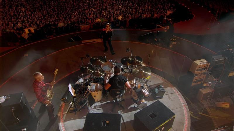 Un'immagine dall'alto degli U2 in concerto nel film U2 3D