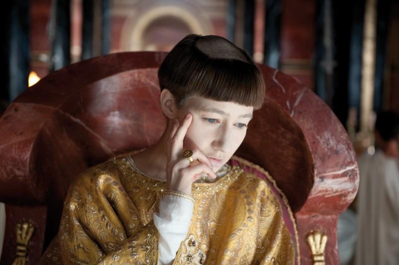 Una pensierosa Johanna Wokalek nel film La Papessa