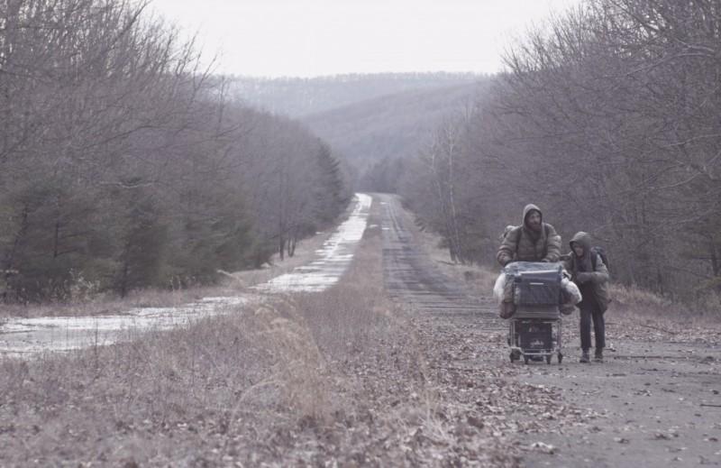 Viggo Mortensen e Kodi Smit-McPhee compagni di viaggio nel film The Road