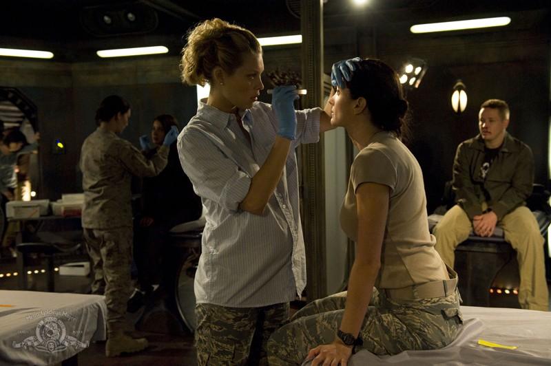 Alaina Kalanj esamina Julia Anderson in una sequenza dell'episodio Sabotage di Stargate Universe