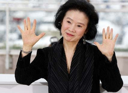 Cannes 2010, l'attrice di Poetry, Yoon Hee-Jeong, saluta i reporter