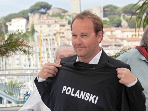 Cannes 2010, photocall di Des hommes et des dieux: Xavier Beauvois posa con una t-shirt di sostegno a favore di Polanski