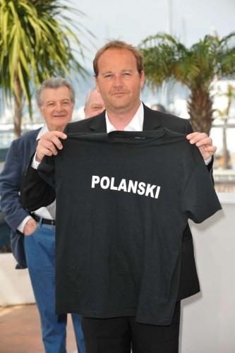 Cannes 2010, photocall di Des hommes et des dieux: Xavier Beauvois posa con una t-shirt di sostegno a favore di Roman Polanski