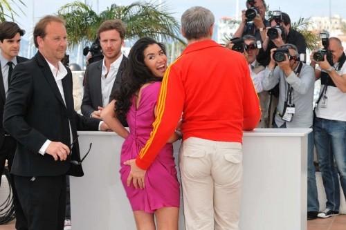 Cannes 2010, photocall per Des hommes et des dieux: la mano birichina di Lambert Wilson si posa sul sedere di Sabrina Ouazani per la gioia dei fotografi.