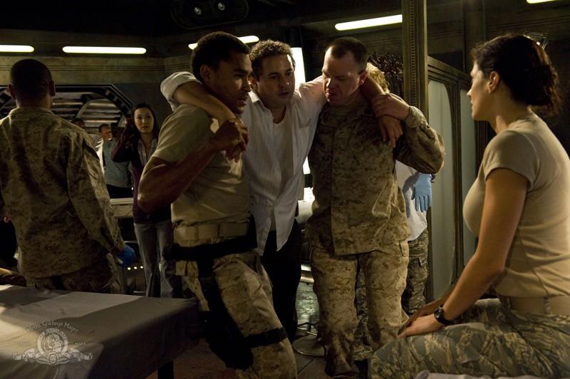 Jamil Walker Smith, Peter Kelamis e Julia Anderson nell'episodio Sabotage di Stargate Universe