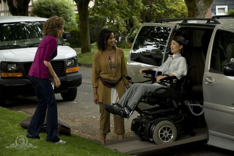 Kathleen Munroe e Catherine Lough Haggquist arrivano a casa di Reiko Aylesworth nell'episodio Sabotage di Stargate Universe