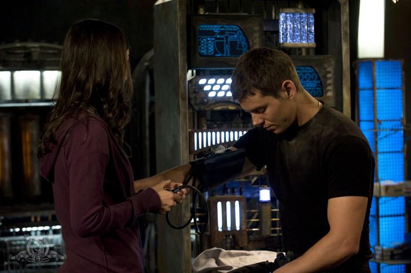 Lisa Park (Jennifer Spence) misura la pressione al Sergente Scott (Brian J. Smith) nell'episodio Sabotage di Stargate Universe