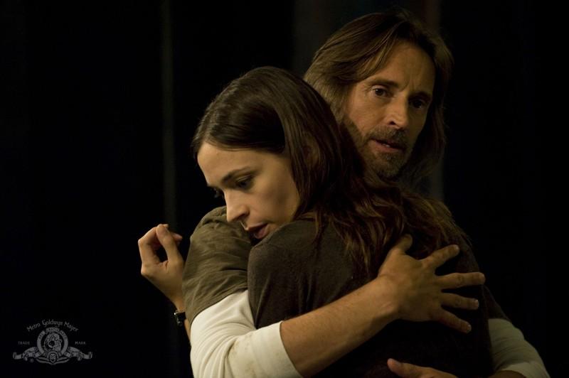 Rush (Robert Carlyle) abbraccia Amanda (Kathleen Munroe) nell'episodio Sabotage di Stargate Universe