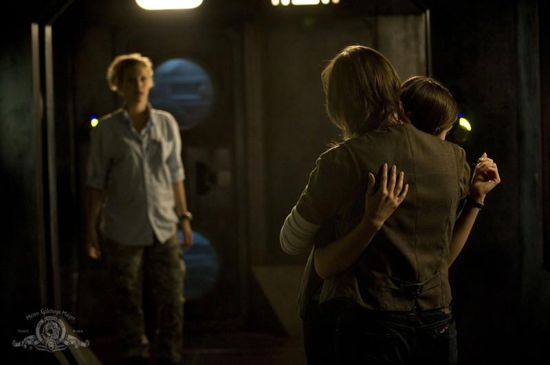 Una scena dell'episodio Sabotage di Stargate Universe con Alaina Kalanj, Kathleen Munroe e Robert Carlyle