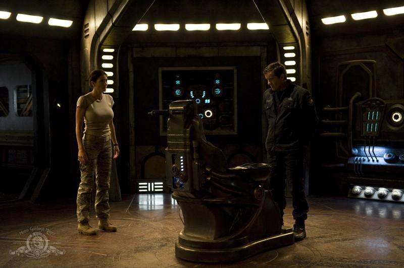 Young (Justin Louis) e James (Julia Anderson) vicino alla sedia in: Sabotage di Stargate Universe