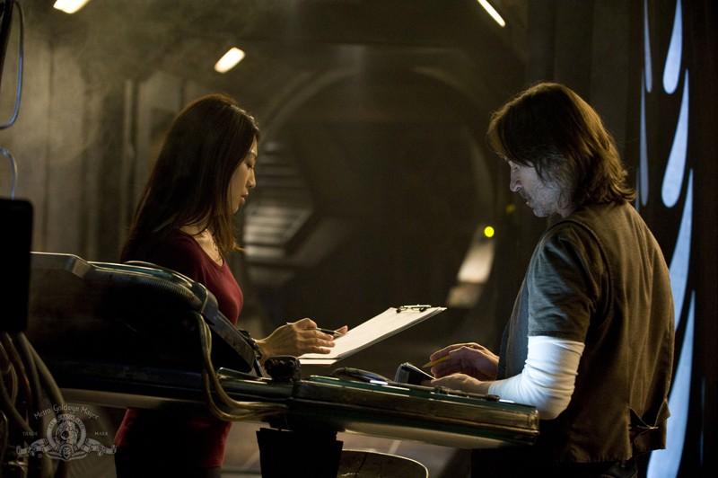 Camille (Ming-Na) parla con Rush (Robert Carlyle) nell'episodio Pain di Stargate Universe