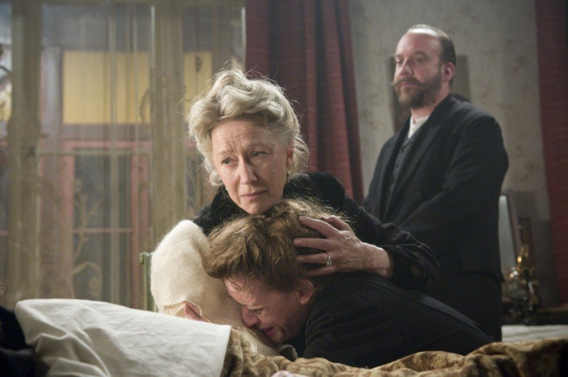 Helen Mirren, Anne-Marie Duff e Paul Giamatti in una scena drammatica del film The Last Station