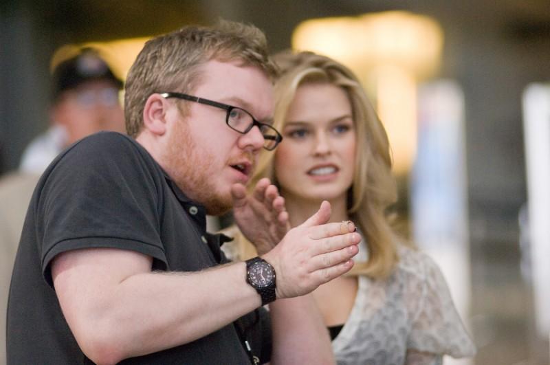 Il regista Jim Field Smith e Alice Eve sul set del film Lei è troppo per me