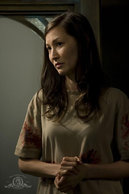 La Dottoressa Lisa Park (Jennifer Spence) sporca di sangue nell'episodio Pain di Stargate Universe