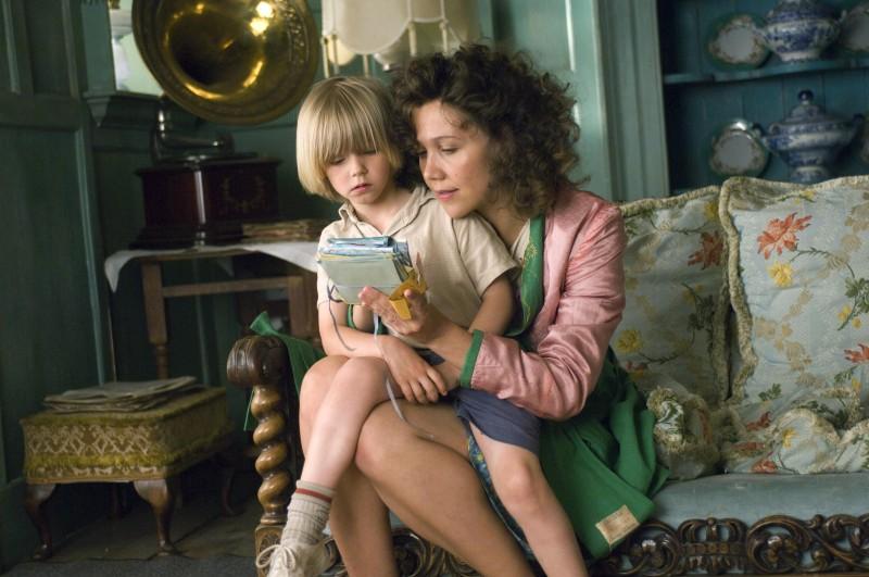 Maggie Gyllenhaal e Oscar Steer n una scena del film Tata Matilda e il grande botto