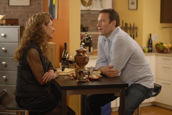 Nia Vardalos e John Corbett in una scena romantica del film I Hate Valentine's Day