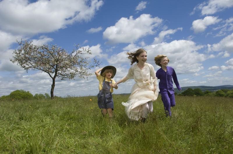 Oscar Steer, Rosie Taylor-Ritson ed Eros Vlahos in un'immagine del film Tata Matilda e il grande botto