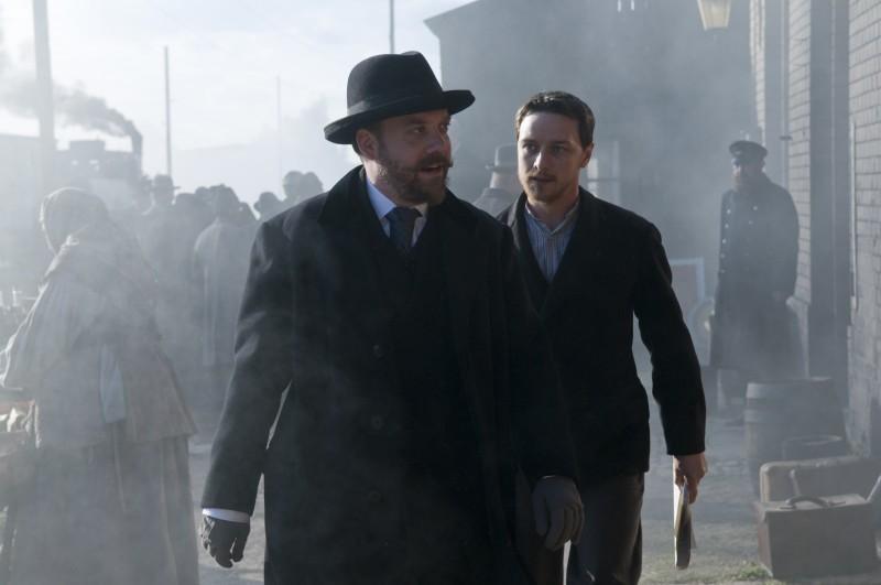 Paul Giamatti e James McAvoy in una scena drammatica del film The Last Station