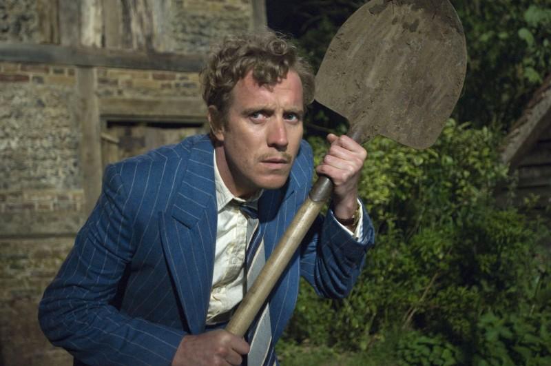 Rhys Ifans in una scena del film Tata Matilda e il grande botto