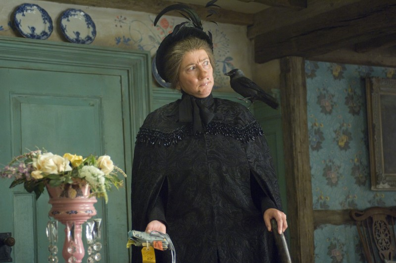 Tata Matilda (Emma Thompson) in un'immagine del film Tata Matilda e il grande botto