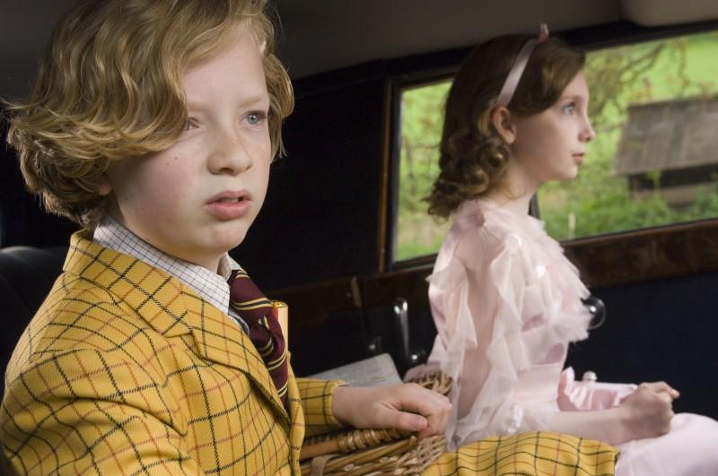 Un'immagine di Eros Vlahos e Rosie Taylor-Ritson dal film Tata Matilda e il grande botto