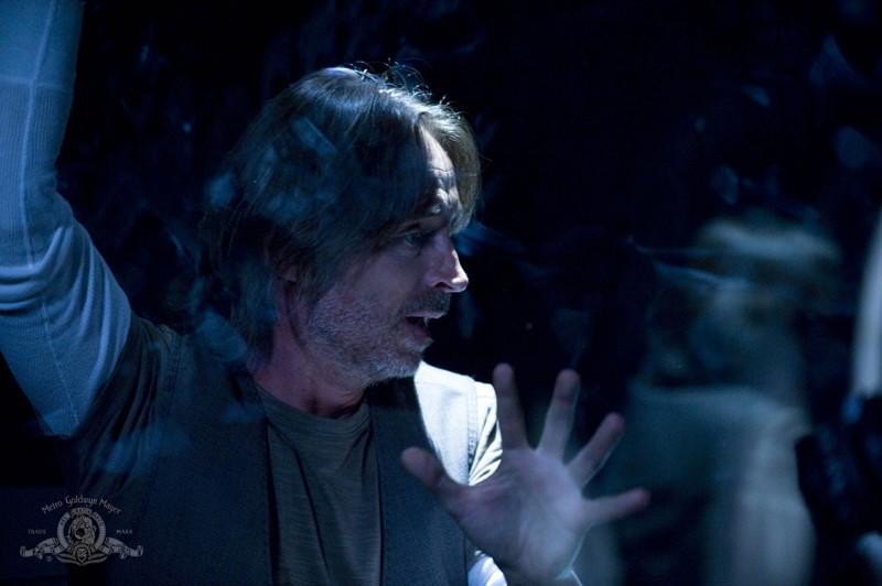 Uno spaventato Rush (Robert Carlyle) in una scena dell'episodio Pain di Stargate Universe