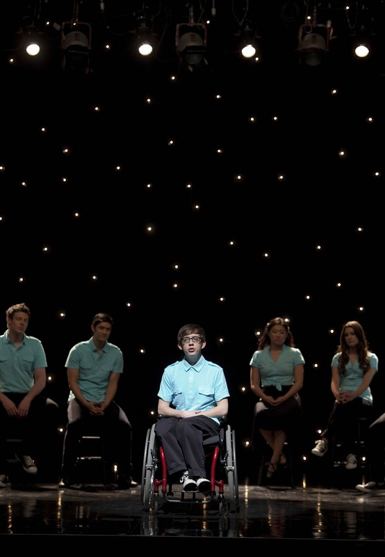 Artie (Kevin McHale) sul palco nell'episodio Dream On di Glee