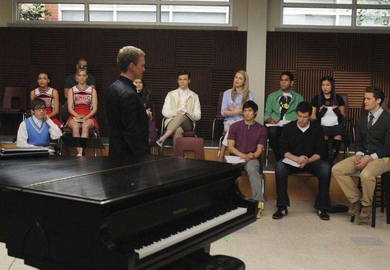 Bryan Ryan (Neil Patrick Harris) in aula con gli studenti nell'episodio Dream On di Glee