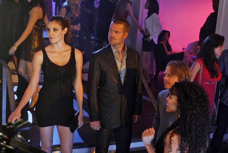 Chris O'Donnell e Daniela Ruah entrano in un locale nell'episodio Fame di NCIS: Los Angeles