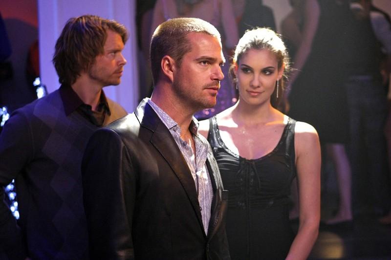 Eric Christian Olsen, Chris O'Donnell e Daniela Ruah si guardano attorno in: Fame di NCIS: Los Angeles