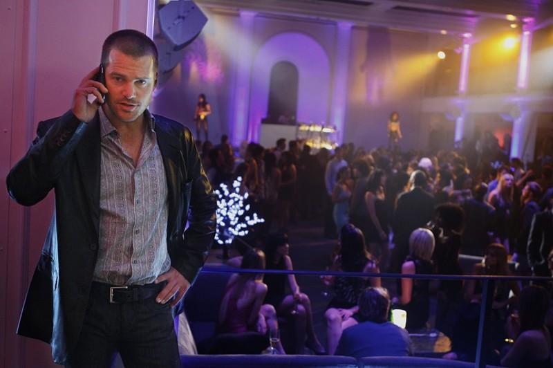 G (Chris O'Donnell) al cellulare in una scena dell'episodio Fame di NCIS: Los Angeles