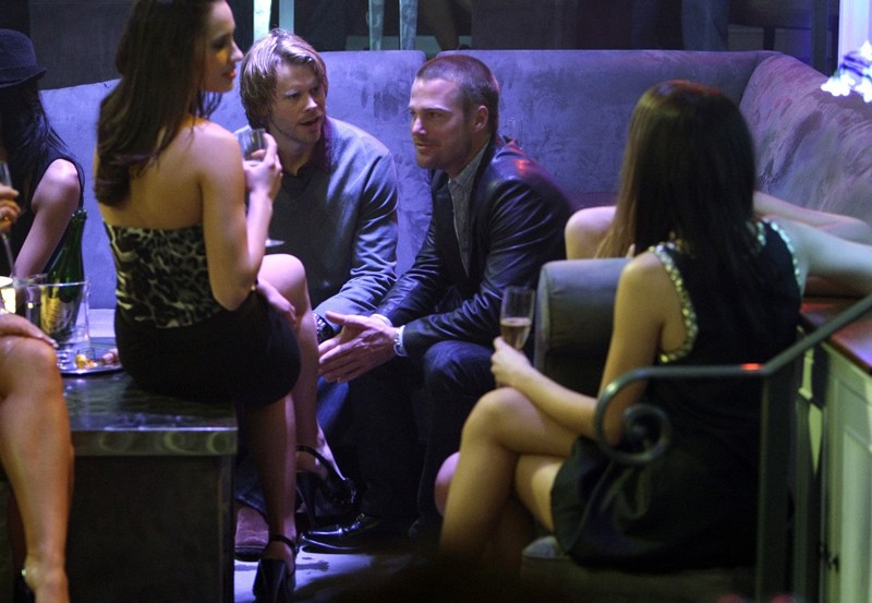 Marty Deeks (Eric Christian Olsen) parla con 'G' Cullen (Chris O'Donnell) nell'episodio Fame di NCIS: Los Angeles
