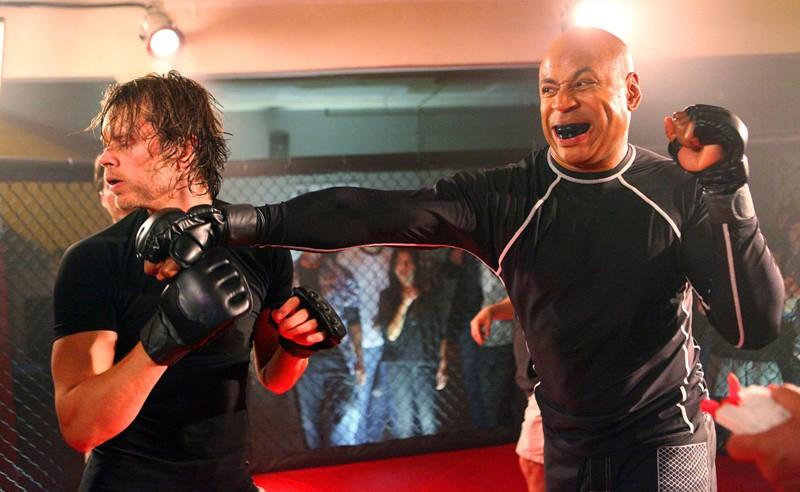 Sam (LL Cool J) sferra un gancio al suo avversario (Eric Christian Olsen) nell'episodio Hand-to-Hand di NCIS: Los Angeles