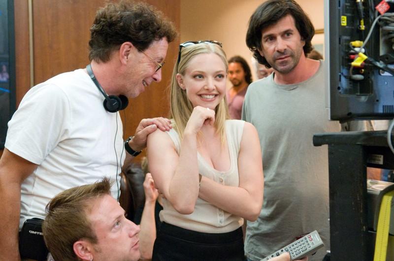 Amanda Seyfried sul set di Letters to Juliet con alle spalle il regista Gary Winick