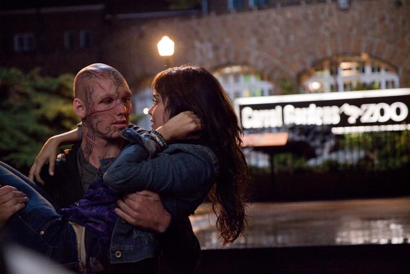 Kyle (Alex Pettyfer) tiene fra le braccia Linda (Vanessa Hudgens) nel film Beastly