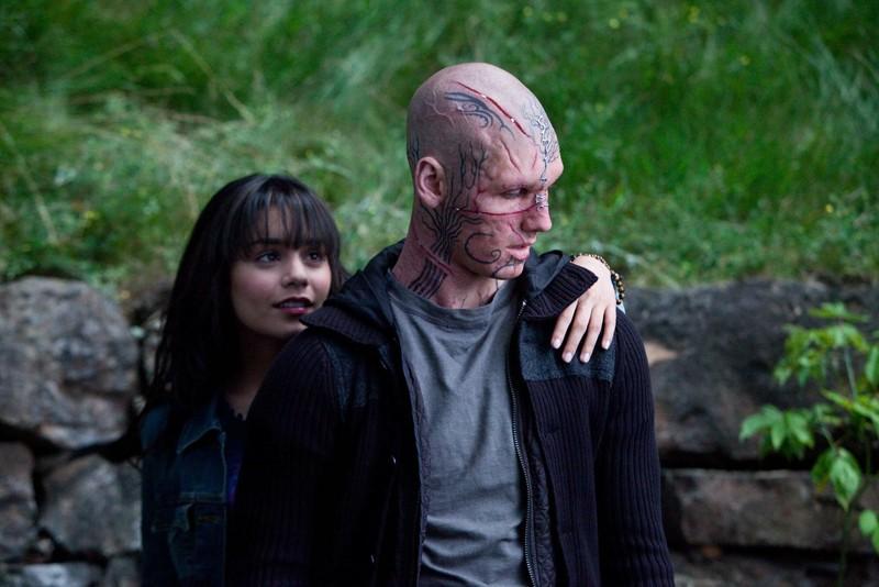 Linda (Vanessa Hudgens) alle spalle di Kyle (Alex Pettyfer) in una scena del film Beastly