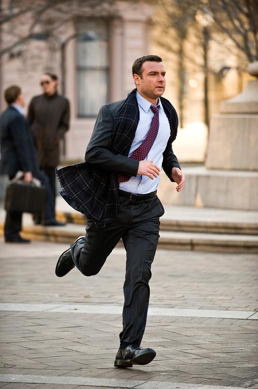 Winter (Liev Schreiber) in corsa in una scena del film Salt