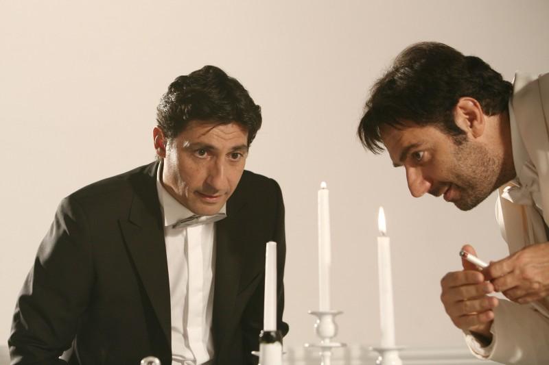 Emilio Solfrizzi e Neri Marcorè nell'episodio Non gioco più di Tutti pazzi per amore 2