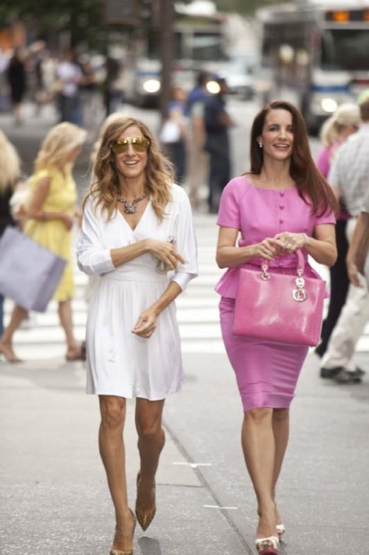 Kristin Davis e Sarah Jessica Parker in una scena del film Sex and the City 2