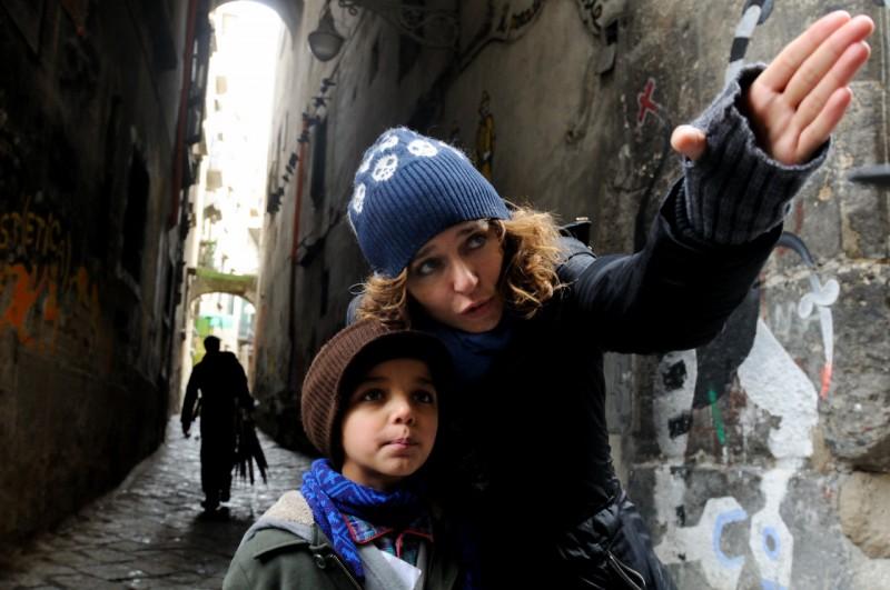 La regista Valeria Golino dà indicazioni al piccolo Denis Nikolic sul set del corto Armandino e il Madre