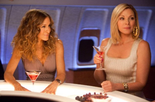 Samantha (Kim Cattrall) e Carrie (Sarah Jessica Parker) davanti a un paio di Cosmopolitan in Sex and the City 2