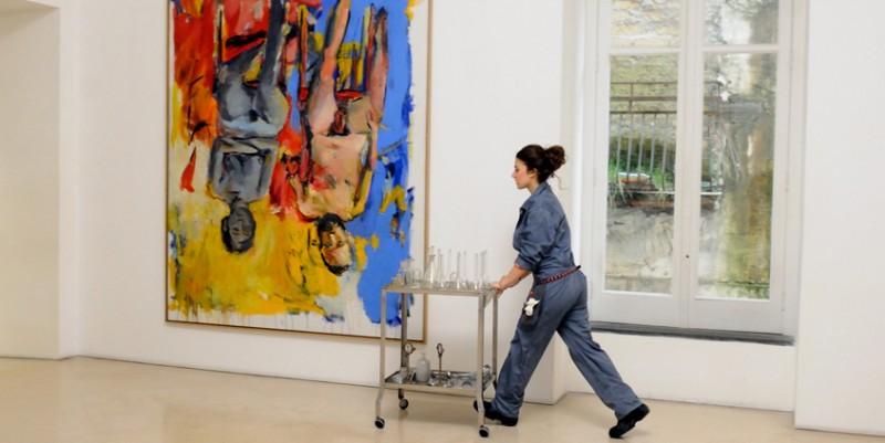 Sara (Esther Garrel) lavora al Museo d'arte contemporanea di Napoli nel corto Armandino e il Madre