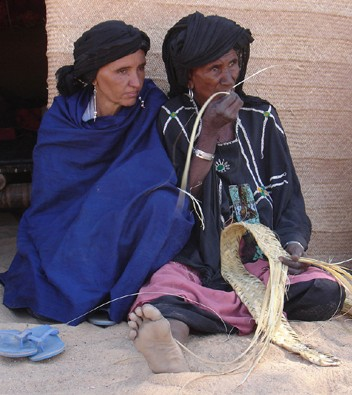 Due donne africane riprese nel road movie 14 kilometros